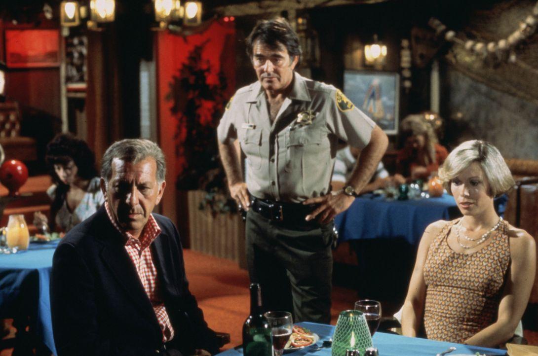 Quincy (Jack Klugman, l.) und seine Freundin Lee (Lynette Mettey, r.) verbringen ein romantisches Wochenende in Catalina. Doch wie schon so oft, ist... - Bildquelle: Universal Pictures