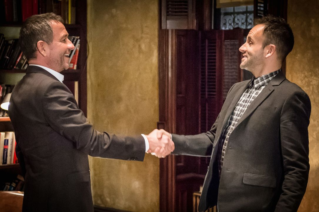 Kampfhähne: Sherlock Holmes (Jonny Lee Miller, r.) und Gareth Lestrade (Sean Pertwee, l.) werden vom NYPD gezwungen, gemeinsam zu ermitteln. Konkurr... - Bildquelle: CBS Television