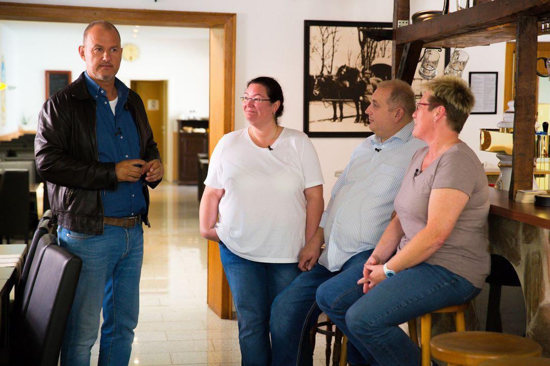 """Diese Woche verschlägt es Frank Rosin (l.) nach Mönchengladbach ins Restaurant """"Alt Neuwerk"""", dessen Besitzer Susanne (2.v.l.) und Thomas Platzer (3... - Bildquelle: kabel eins"""