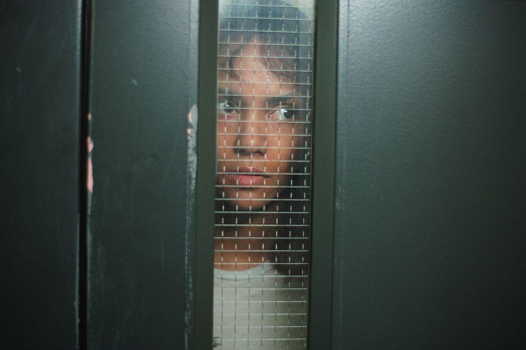 Das letzte, woran sich die Psychologin Miranda Grey (Halle Berry) erinnern kann, ist ein Autounfall, bei dem beinahe ein kleines Mädchen überfahre... - Bildquelle: 2004 Sony Pictures Television International. All Rights Reserved.