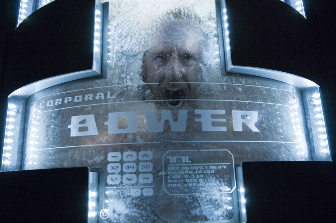 Als Bower (Ben Foster) aus seinem Hyperschlaf aufwacht, weiß er nicht, wo die restliche Crew geblieben ist, was an Bord des Raumschiffes eigentlich... - Bildquelle: 2009 Constantin Film Verleih GmbH