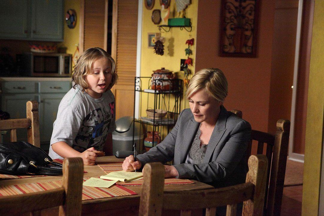 Bridgette (Maria Lark, l.) beobachtet ihre Mutter Allison (Patricia Arquette, r.), die nach der Zeit im Koma ihre Hand trainieren muss. - Bildquelle: Paramount Network Televis
