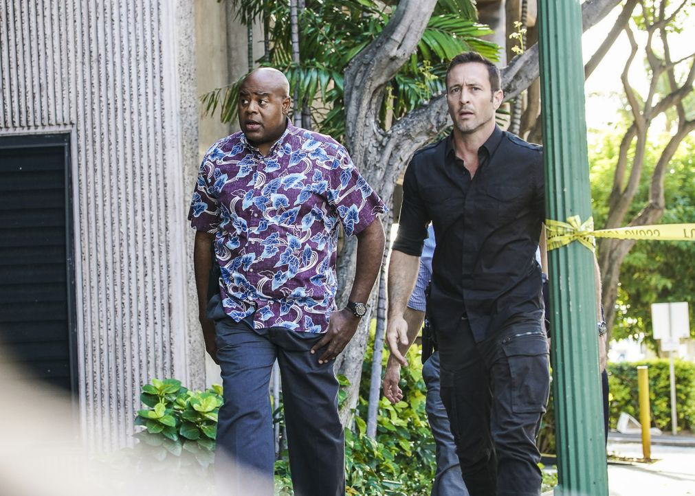 Lou Grover (Chi McBride, l.); Steve McGarrett (Alex O'Loughlin, r.) - Bildquelle: Karen Neal 2019 CBS Broadcasting, Inc. All Rights Reserved / Karen Neal