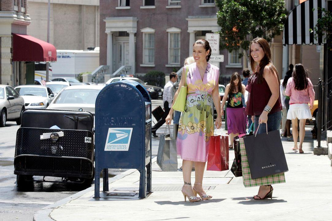 Paige, Phoebe (Alyssa Milano, l.), Piper (Holly Marie Combs, r.) und Leo genießen ihre neue Freiheit nach dem vermeintlichen Unfall, bei dem sie ang... - Bildquelle: Paramount Pictures