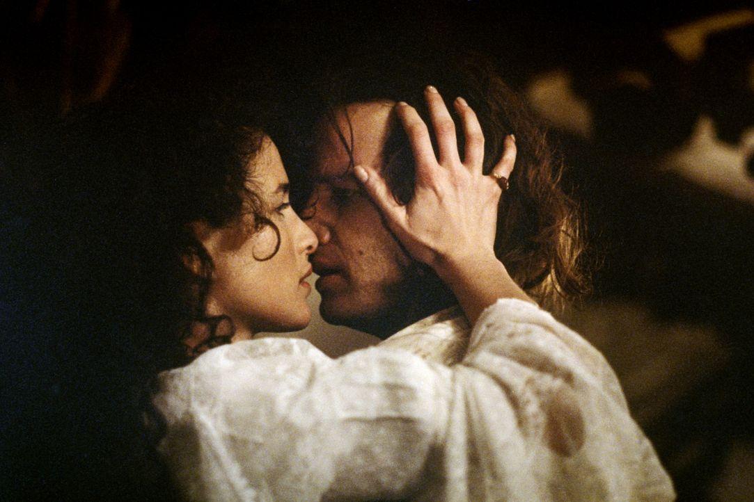 Zwischen der kultivierten Jane (Andie MacDowell, r.) und dem Dschungelmenschen Tarzan (Christopher Lambert, l.) entspinnt sich schon bald eine sehr... - Bildquelle: Warner Bros.