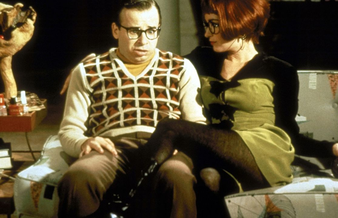 Die attraktive Sekretärin der Ghostbusters, Janine Melnitz (Annie Potts, r.), macht sich an den schüchternen und verklemmten Louis Tully (Rick Mor... - Bildquelle: 1989 Columbia Pictures Industries, Inc. All Rights Reserved.
