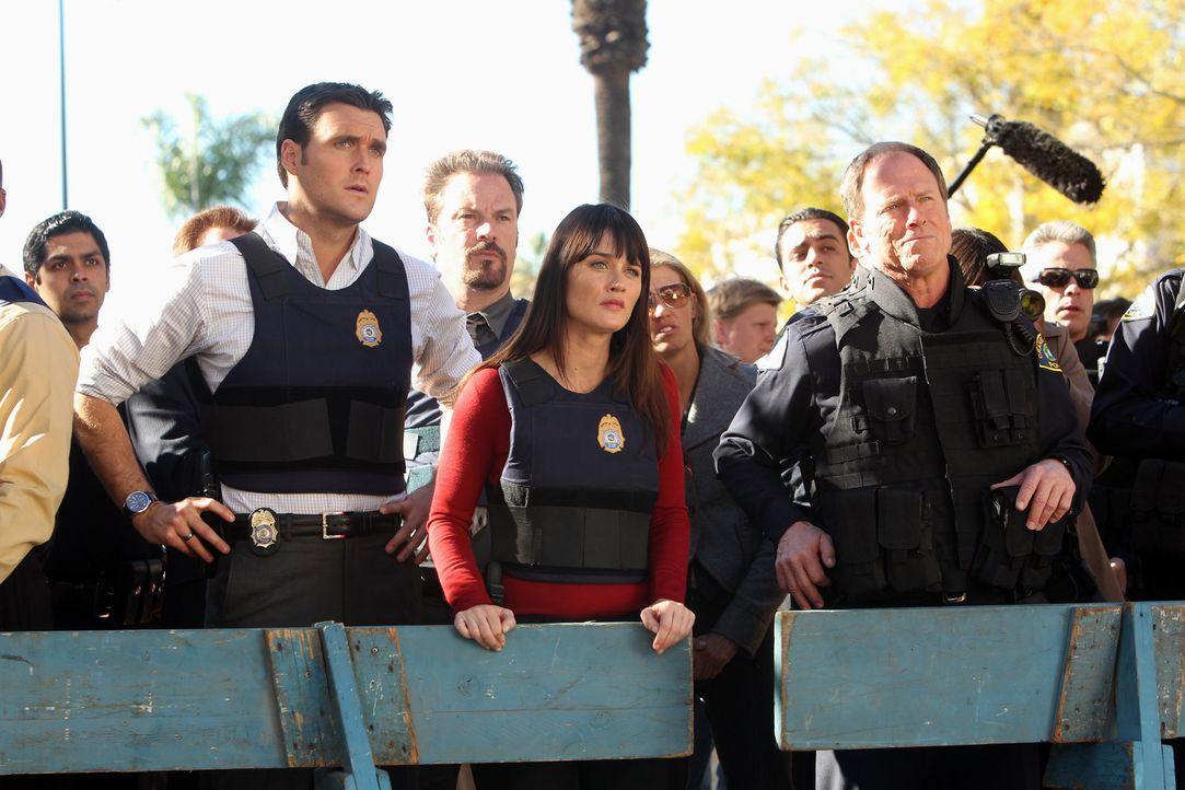 Ein neuer Mordfall beschäftigt Wayne (Owain Yeoman, l.), Teresa (Robin Tunney, M.) und das restliche Team ... - Bildquelle: Warner Bros. Television