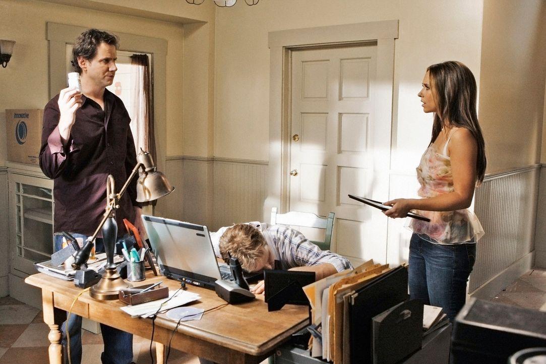 Während eines Computerspieles stirbt Larry Jones (Raphael Sbarge, M.) plötzlich. Eli James (Jamie Kennedy, l.) und Melinda Gordon (Jennifer Love Hew... - Bildquelle: ABC Studios