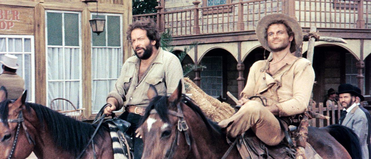 Bei ihrem Aufenthalt in einer Kleinstadt werden die beiden Banditen der 'Kleine ' (Bud Spencer, l.) und sein Bruder der 'müde Joe' (Terence Hill, r... - Bildquelle: AVCO Embassy Pictures
