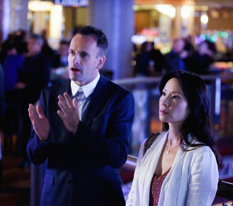 Ermitteln in einem neuen spannenden Fall: Holmes (Jonny Lee Miller, l.) und Watson (Lucy Liu, r.) müssen eine seltene Landkarte wieder finden ... - Bildquelle: CBS Television