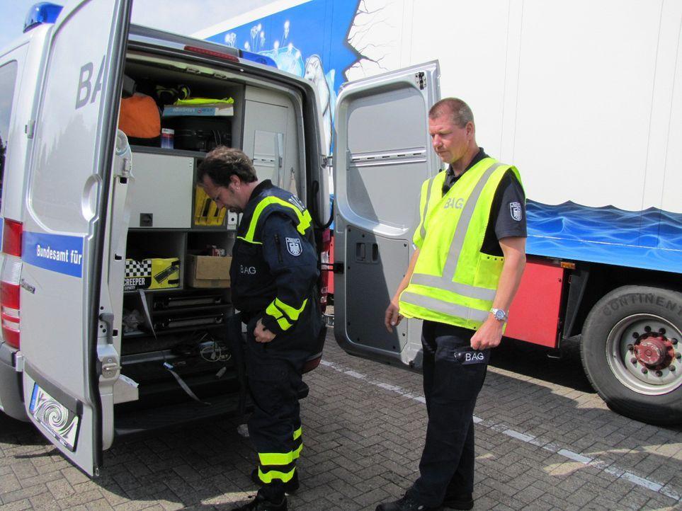 Die A1, in der Nähe von Sittensen. Hier sind die beiden Kontrolleure Michael Dransmann und Stefan Attermeier vom Bundesamt für Güterverkehr unter... - Bildquelle: kabel eins