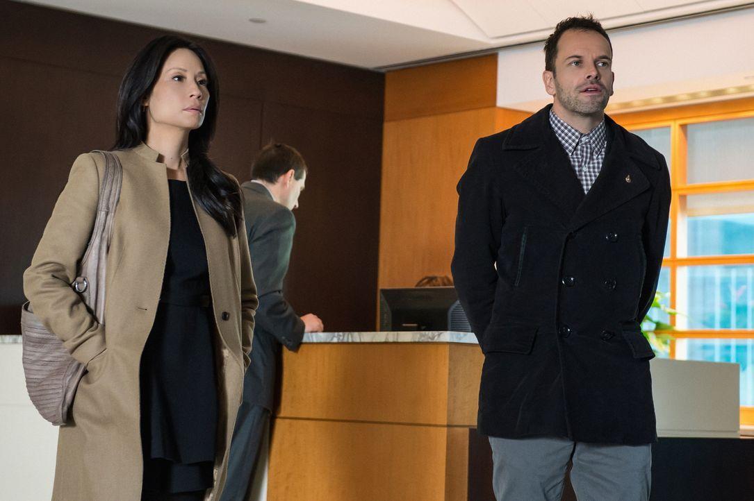 Watson (Lucy Liu, l.) und Holmes (Jonny Lee Miller, r.) müssen bei ihren aktuellen Ermittlungen in der Welt der Hochfinanz recherchieren ... - Bildquelle: CBS Television