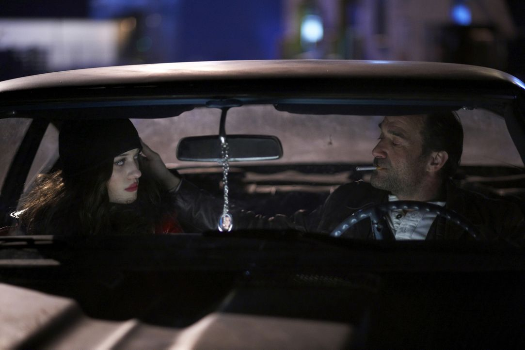 Eines Tages gelingt es Arthur, die drogenabhängige Prostituierte Kat (Kat Dennings, l.) vor dem zwielichtigen Cop Chuck Dooney (Elias Koteas, r.) zu... - Bildquelle: 2009 Darius Films Inc. All Rights Reserved.