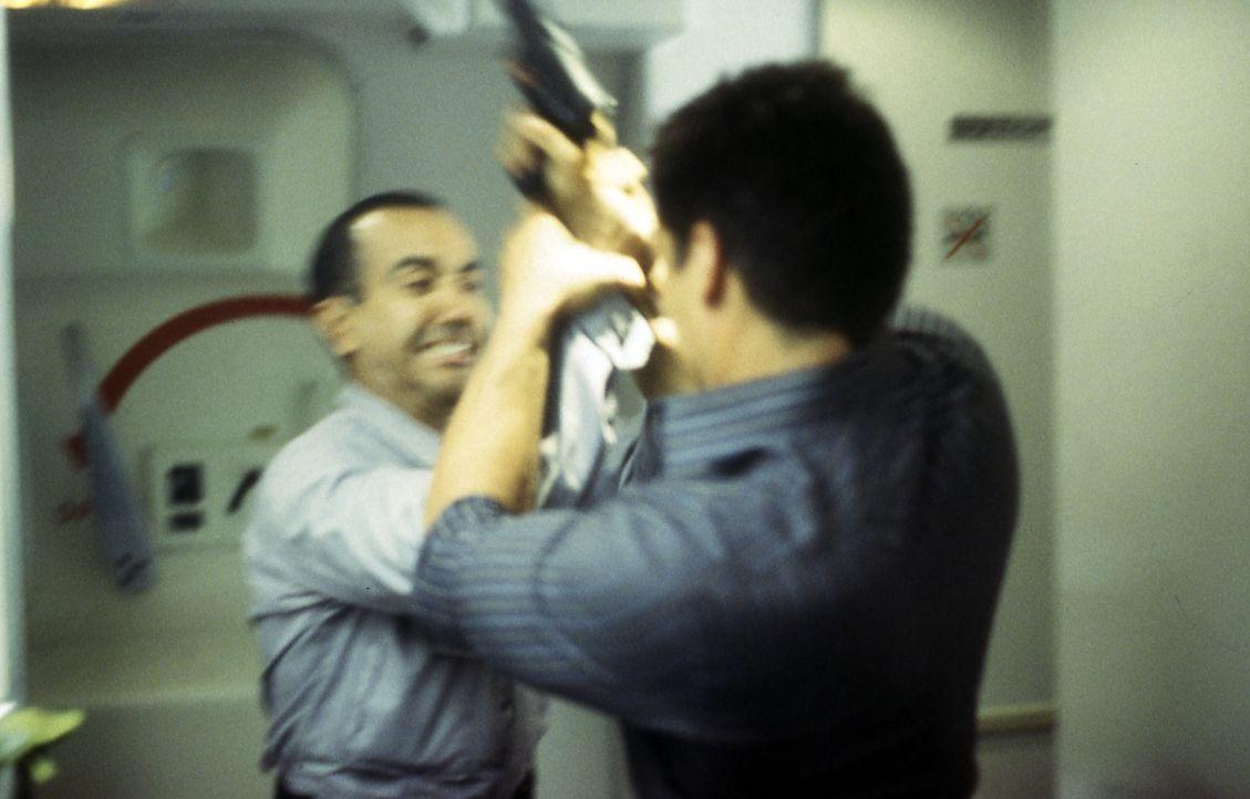 Nachdem die Terroristen den Piloten ermordet haben, versucht John Masters (Antonio Sabato) sein Möglichstes, um für ein glimpfliches Ende zu sorgen! - Bildquelle: Cinetel Films