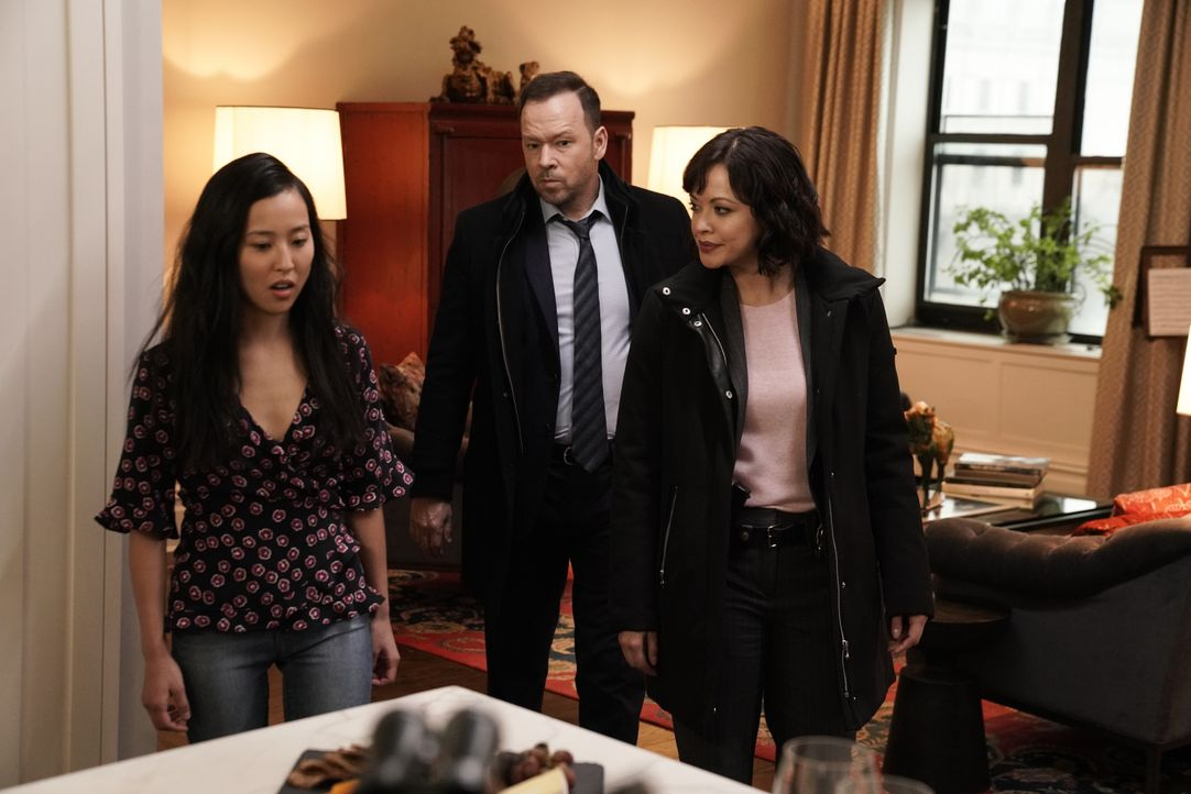 (v.l.n.r.) Margo Chan (Okano, Lyrica); Danny Reagan (Donnie Wahlberg); Maria Baez (Marisa Ramirez) - Bildquelle: Patrick Harbron 2018 CBS Broadcasting, Inc. All Rights Reserved. / Patrick Harbron