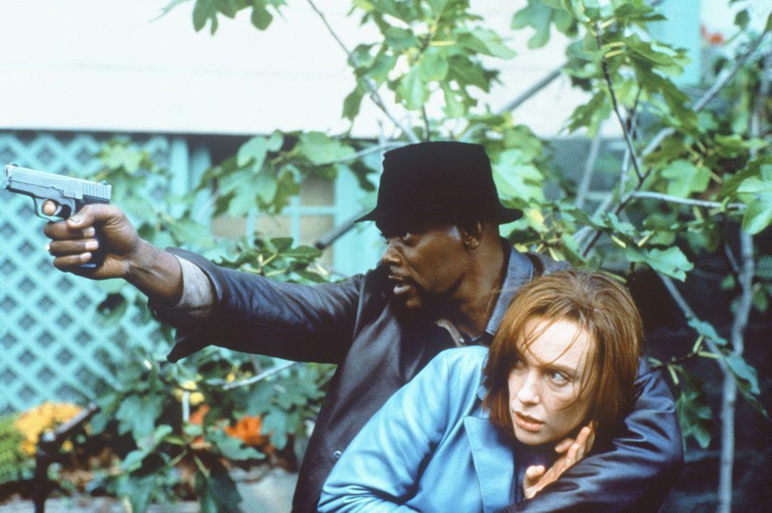 In letzter Sekunde gelingt es Shaft (Samuel L. Jackson, l.), seine einzige Zeugin, Diane Palmieri (Toni Collette), ausfindig zu machen ... - Bildquelle: Paramount Pictures