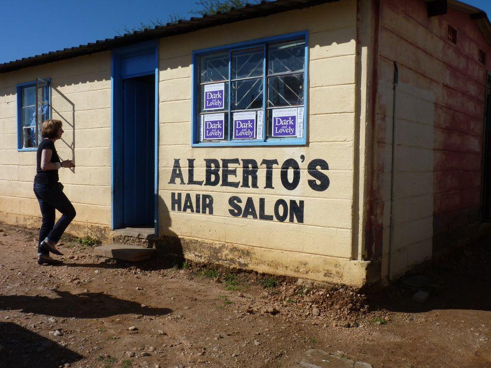 In Alberto's Hair Salon, liegt in einem Township in Namibia, sind europäische oder sogar blonde Haare eine echte Seltenheit. Waschen, Legen, Föhne... - Bildquelle: kabel eins