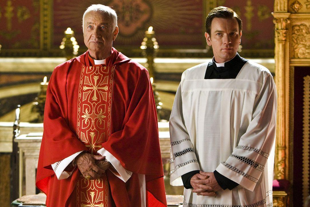 Der Papst ist gestorben. Nun sind alle Kardinäle (Armin Mueller-Stahl, l.) nach Rom gekommen, um einen neuen Stellvertreter Gottes zu wählen. Die St... - Bildquelle: 2009 Columbia Pictures Industries, Inc. All Rights Reserved.