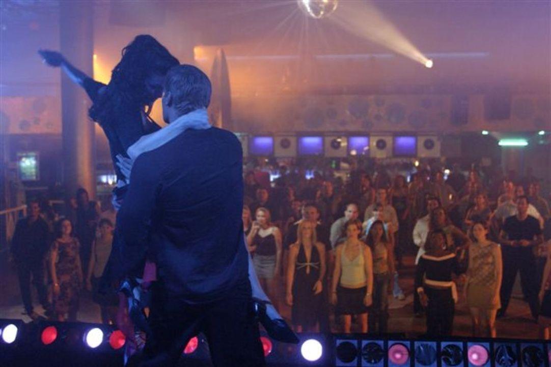 Lance (David Boreanaz, r.) legt mit Sophia (Alana De La Garza, l.) eine flotte Sohle aufs Parkett. Doch so leicht lässt sich die attraktive Stripper... - Bildquelle: First Look International