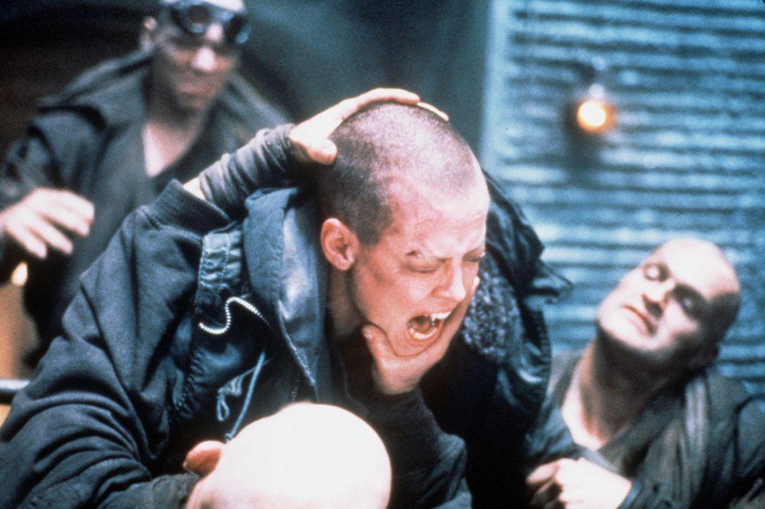 Allein unter Männern: Ellen (Sigourney Weaver, M.) muss sich auf dem Gefängnisplaneten Fiorina unter den Verbrechern erst Respekt verschaffen. Lei... - Bildquelle: 20th Century Fox of Germany