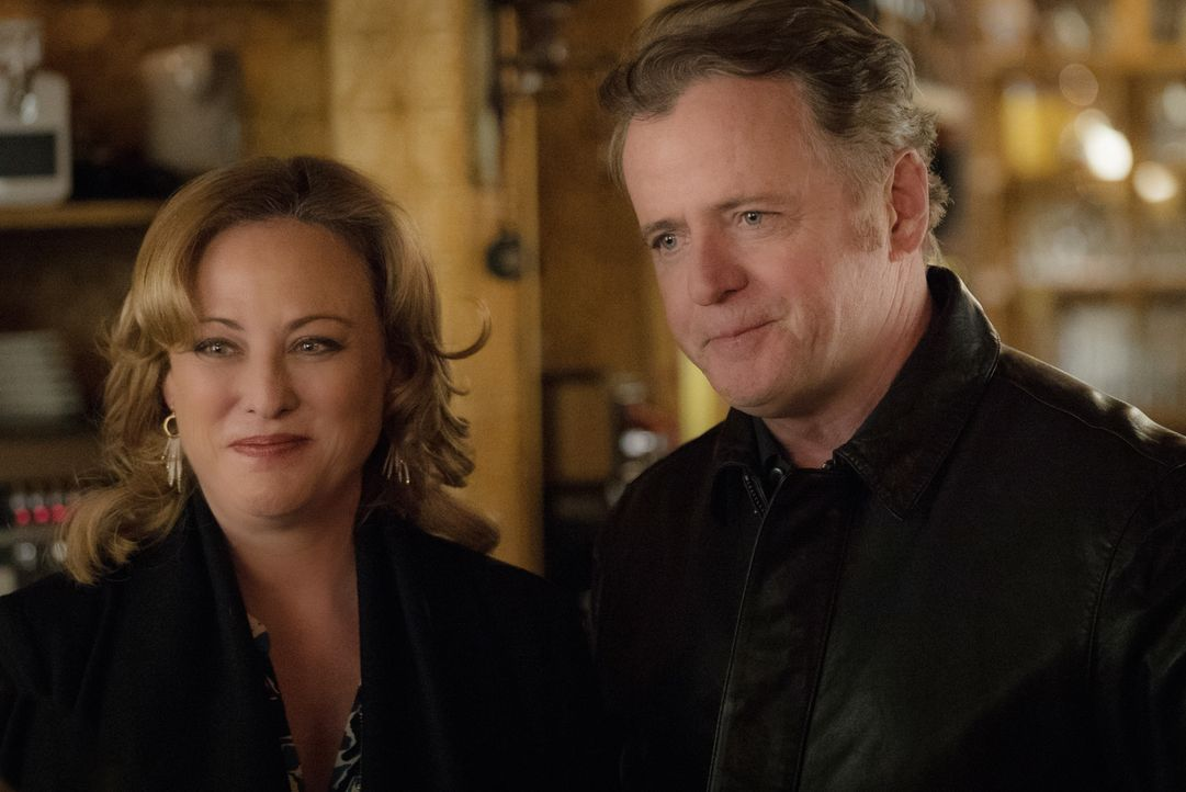 Captain Gregsons (Aidan Quinn, r.) Freundin Paige (Virginia Madsen, l.) will ihre Beziehung geheim halten, um Gregsons Karriere zu schützen. Doch al... - Bildquelle: Michael Parmelee 2016 CBS Broadcasting Inc. All Rights Reserved.