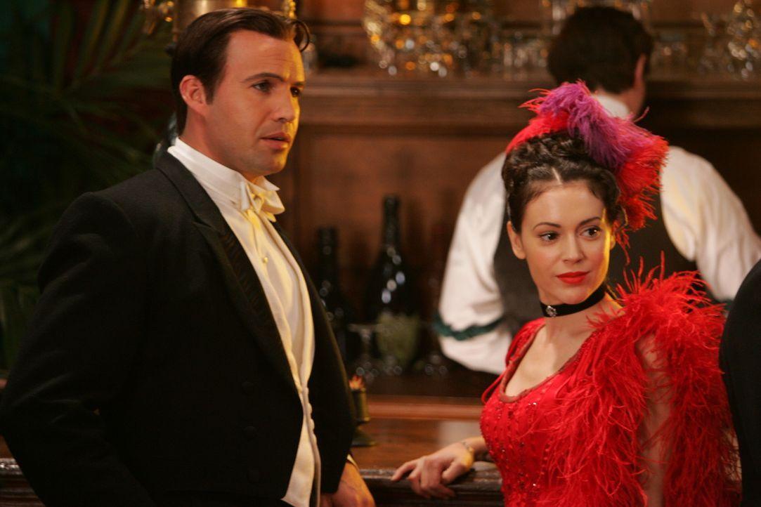 Drake (Billy Zane, l.) und Phoebe (Alyssa Milano, r.) reisen in die Vergangenheit, um einen Dämon im Jahr 1890 zu vernichten ... - Bildquelle: Paramount Pictures