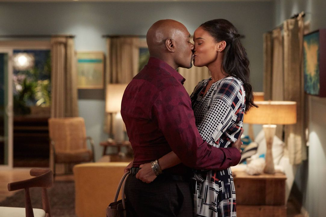 "Ein Herz und eine Seele, bis nach ihrem ""fehlenden Jahr"" geforscht wird: Erica (Joy Bryant, r.) und Rosewood (Morris Chestnut, l.) ... - Bildquelle: 2015-2016 Fox and its related entities.  All rights reserved."