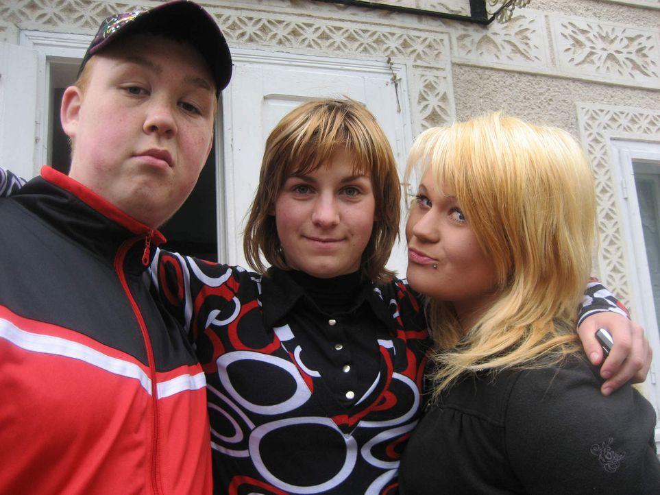 Die 17jährige Michaela (r.) und der ebenfalls 17jährige Tino (l.) sollen bei der Familie Carloanta in Rumänien wieder Respekt lernen und erkennen, d... - Bildquelle: kabel eins