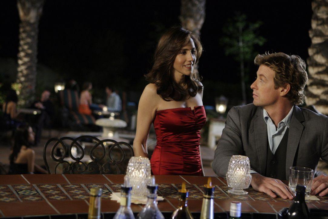 Patrick (Simon Baker, r.) versucht, den Täter von Claire Wolcott zu überführen. Kann die hübsche Frau (Lucia Sullivan, l.) ihm dabei behilflich sein... - Bildquelle: Warner Bros. Television