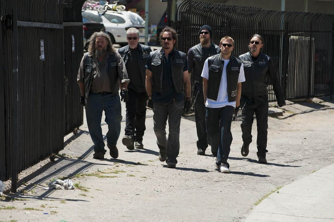 Eigentlich wollen Bobby (Mark Boone jr., l.), Clay (Ron Perlman, 2.v.l.), Tig (Kim Coates, 3.v.l.), Opie (Ryan Hurst, 3.v.r.), Jax (Charlie Hunnam,... - Bildquelle: 2011 Twentieth Century Fox Film Corporation and Bluebush Productions, LLC. All rights reserved.
