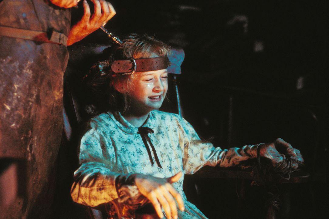 Die kleine Ebrill (Abigail Stone) zahlt einen hohen Preis dafür, dass sie dem Tod von der Schippe gesprungen ist ... - Bildquelle: Constantin Film