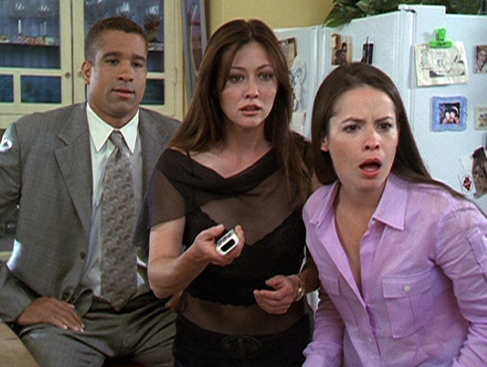 Piper (Holly Marie Combs, r.) und Prue (Shannen Doherty, M.) sind entsetzt: Im Fernsehen läuft ein Bericht, der sie als Hexen enttarnt. Auch Morris... - Bildquelle: Paramount Pictures