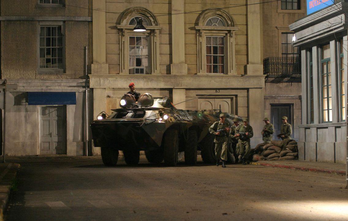 Als kommunistische Rebellen die US-Botschaft in Moldawien belagern und den Botschafter erschießen, behält nur der Sicherheitschef einen kühlen Kopf... - Bildquelle: 2005 Micro Fusion 2004-15 LLP. All rights reserved.
