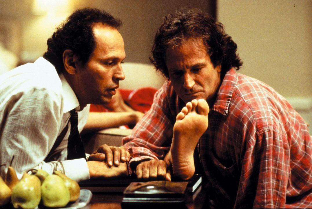 Dale Putley (Robin Williams, r.) und Jack Lawrence (Billy Crystal, l.) nehmen die Füße von Scott genau unter die Lupe. Jack glaubt eine Ähnlichke... - Bildquelle: Warner Bros. Television