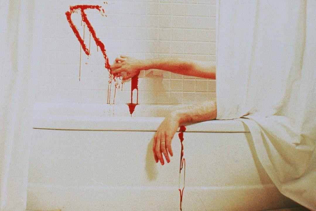 Aus Angst vor dem zurückgekehrten Pennywise begeht Stan (Richard Masur) Selbstmord in der Badewanne ... - Bildquelle: Warner Bros.