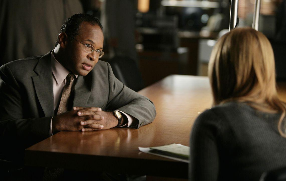 Was hat Jay (Geoffery Owens, l.) mit dem Verschwinden der jungen Bankmanagerin Erin MacNeil zu tun? Samantha Spade (Poppy Montgomery, r.) versucht,... - Bildquelle: Warner Bros. Entertainment Inc.