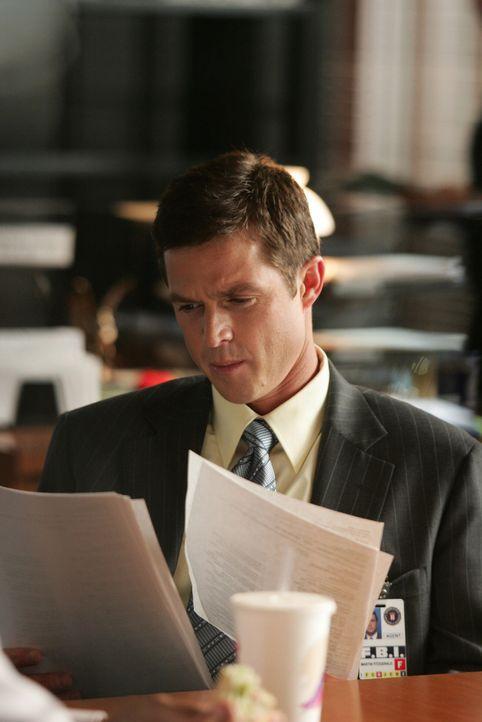 Martin Fitzgerald (Eric Close) erhält ein paar wichtige Hinweise zum plötzlichen Verschwinden von Dina ... - Bildquelle: Warner Bros. Entertainment Inc.
