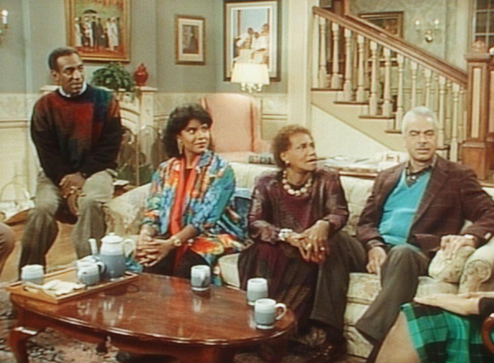 Kritisch hören sich Cliff (Bill Cosby, l.) und Clair (Phylicia Rashad, 2.v.l.) und die Großeltern (Clarice Taylor und Earle Hyman, r.) Theos Aufsa... - Bildquelle: Viacom