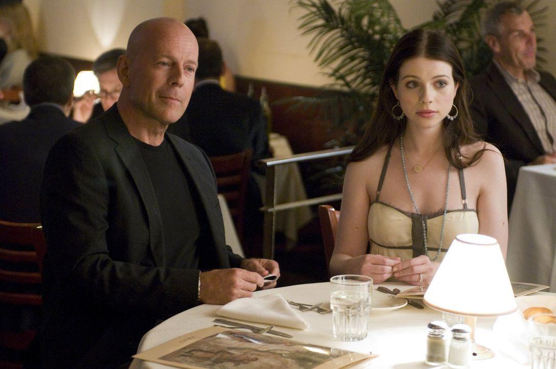 Gelingt es Jimmy (Bruce Willis, l.), genügend Geld für die Hochzeit seiner Tochter Aca (Michelle Trachtenberg, l.) zusammenzubekommen oder muss ausg... - Bildquelle: 2010 Warner Bros.
