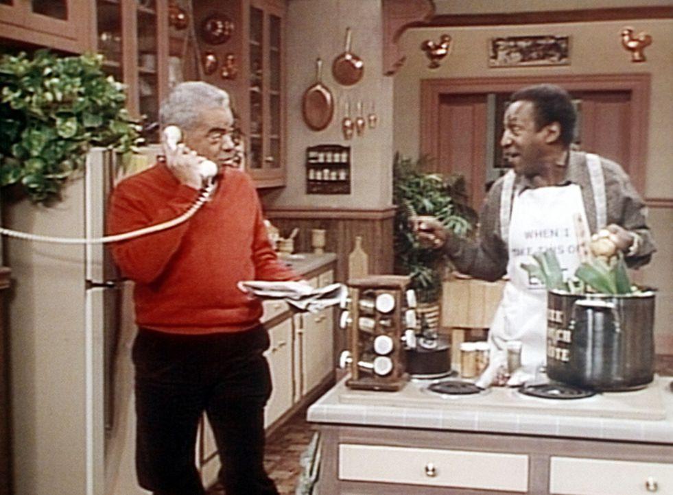 Während Cliff (Bill Cosby, r.) das schärfste Chili aller Zeiten kocht, erkundigt sich Russell (Earle Hyman, l.) nach seinem alten Musikerfreund Sl... - Bildquelle: Viacom