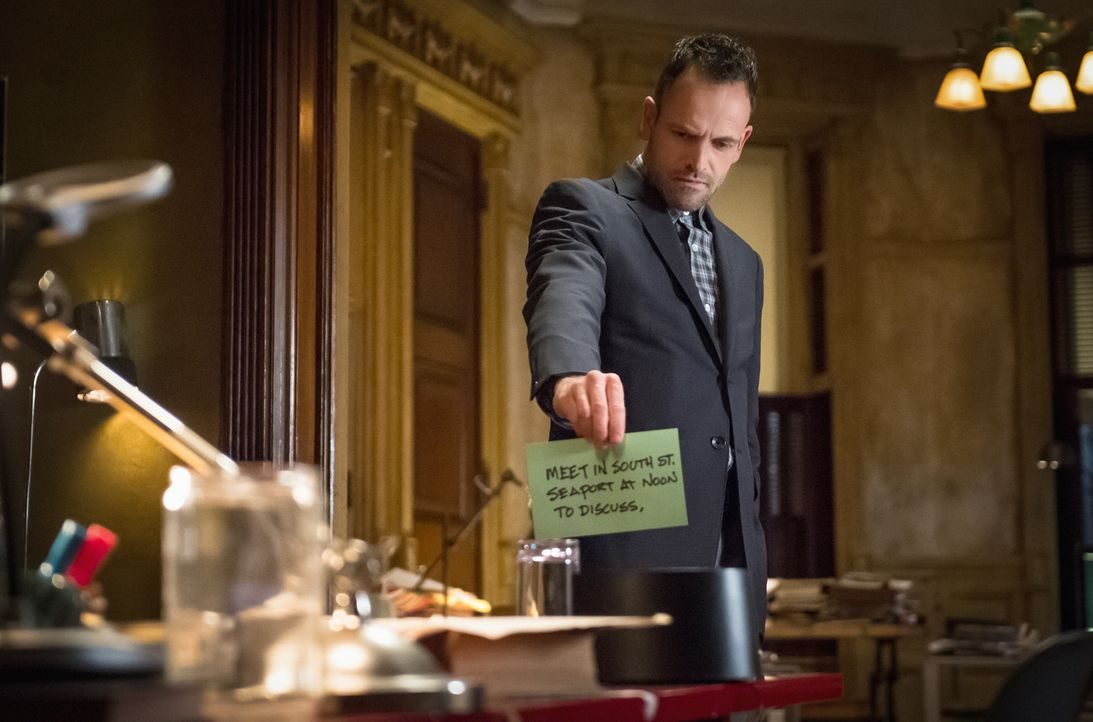 Kommt dunklen Machenschaften der Firma McCarthy-Strauss auf die Spur, die Aufklärungsdrohnen herstellt: Sherlock Holmes (Jonny Lee Miller) ... - Bildquelle: CBS Television