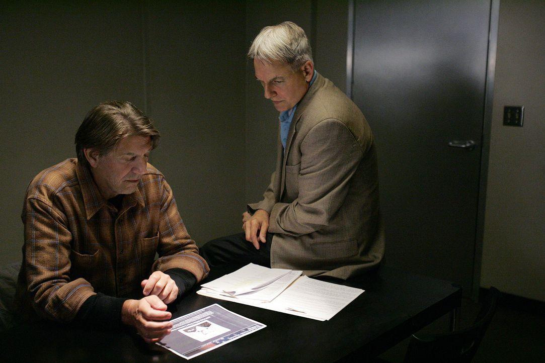 Hat Navy-Sanitäter Ned Quinn (Peter Coyote, l.) etwas mit dem Mord an einem älteren Ehepaar zu tun? Gibbs (Mark Harmon, r.) und sein Team ermitteln... - Bildquelle: CBS Television