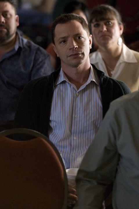 Gespannt hört Peter (Joshua Malina) zu, was Brandi zu sagen hat ... - Bildquelle: USA Network