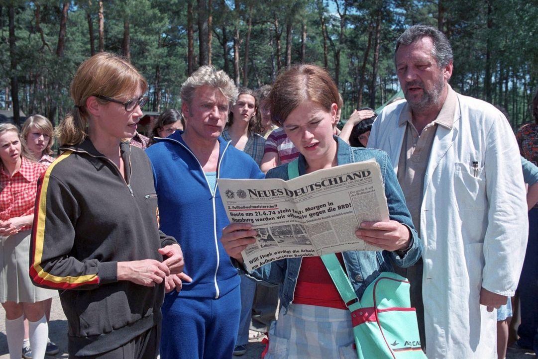 Als Jenny (Mira Bartuschek, 2.v.r.) erwacht, findet sie sich in einem DDR-Erntelager mitten im Sommer 1974 wieder. FDJ-Sekretärin Hartung (Anja Kli... - Bildquelle: Aki Pfeiffer Sat.1