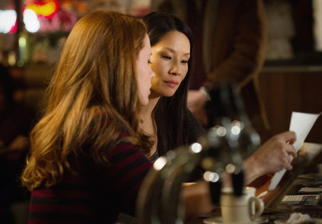 Captain Gregsons Tochter, NYPD Officer Hannah (Liza J. Bennett, l.), bittet Watson (Lucy Liu, r.) um Hilfe bei einem Fall ... - Bildquelle: CBS Television