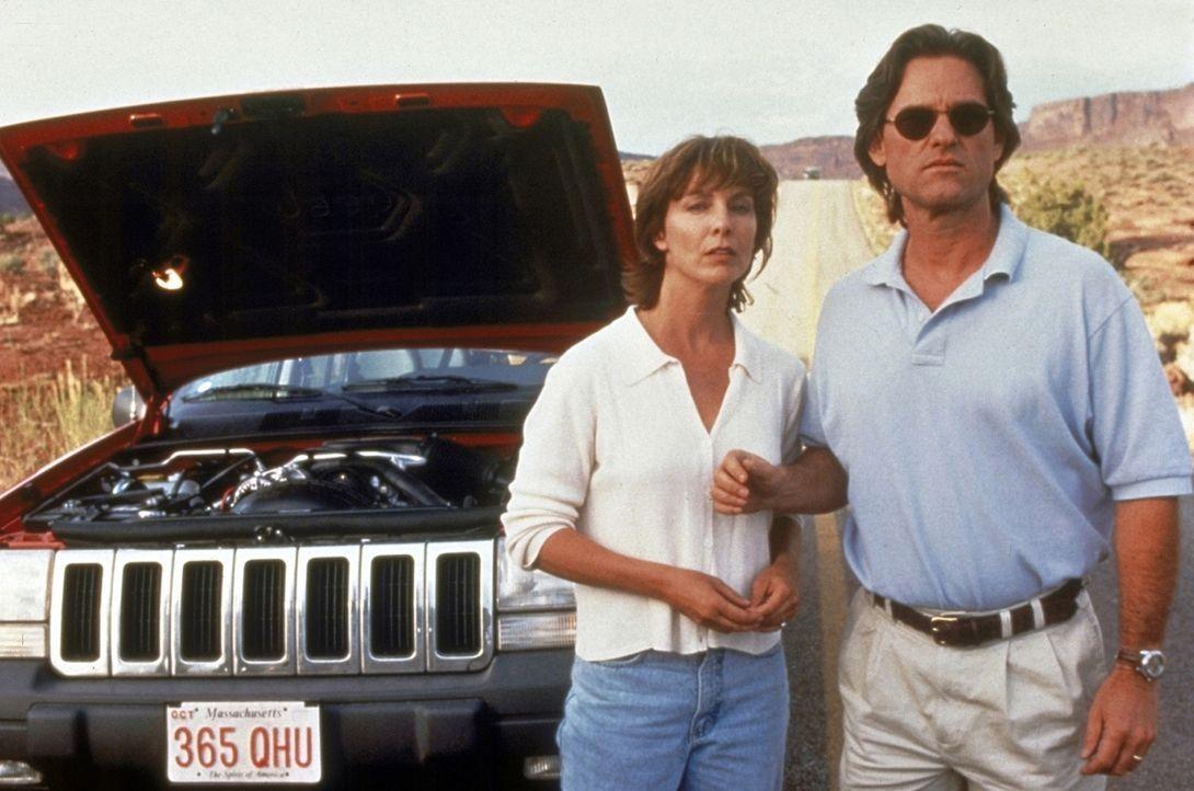Mitten in der Wüste hat das Auto von Jeff (Kurt Russell, r.) und seiner Frau (Kathleen Quinlan, l.) eine Panne. Amy erklärt sich bereit, Hilfe bei... - Bildquelle: Paramount Pictures