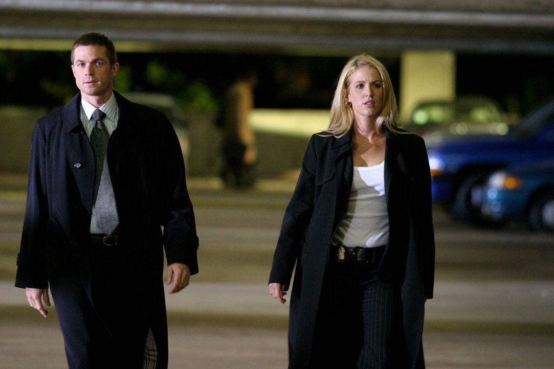 Martin Fitzgerald (Eric Close, l.) und Samantha Spade (Poppy Montgomery, r.) gehen einem Hinweis nach ... - Bildquelle: Warner Bros. Entertainment Inc.