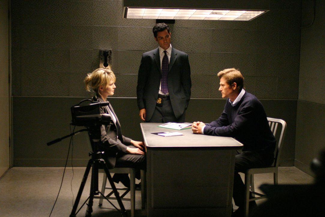 Det. Lilly Rush (Kathryn Morris, l.) und ihr Kollege Det. Scott Valens (Daniel Pino, M.) verhören Dr. Bennett Cahill (Vincent Ventresca, r.). - Bildquelle: Warner Bros. Television