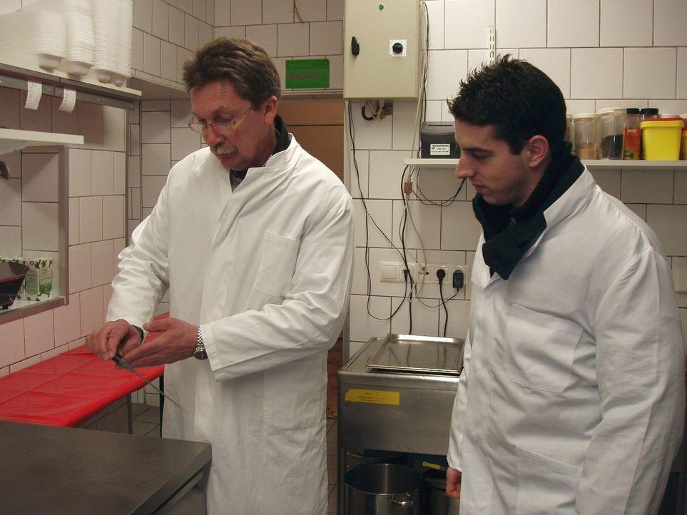 Neuwied am Rhein: Lebensmittelkontrolleur Hans Müller und Azubi Benedikt Reuschenbach im Einsatz ... - Bildquelle: kabel eins