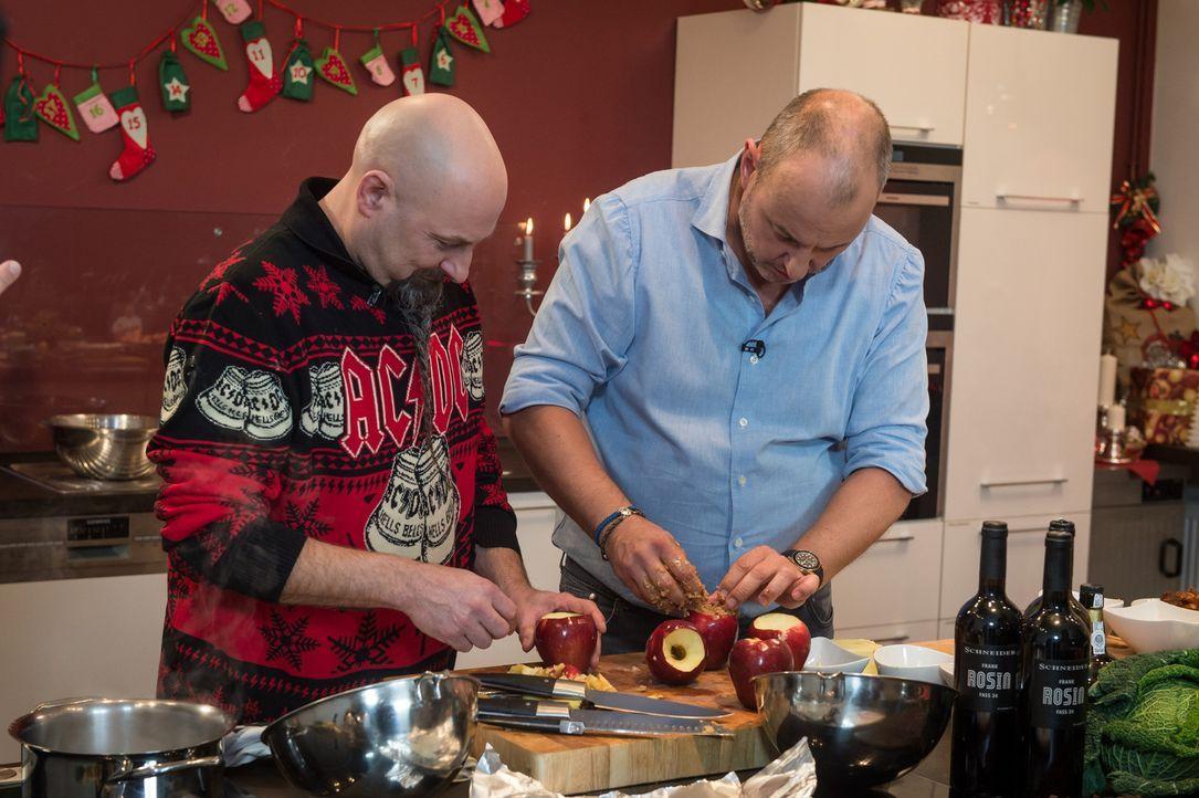 Bauleiter Willi (l.) unterstützt Sternekoch Frank Rosin (r.) bei der Zubereitung des Desserts und gemeinsam erinnern sich die beiden an die emotiona... - Bildquelle: Claudius Pflug SAT.1
